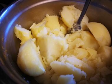 Kuvani krompir ispasirajte