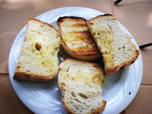 Prepečen hleb sa maslinovim uljem