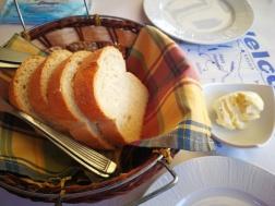 Prepečen hleb sa začinjenim puterom