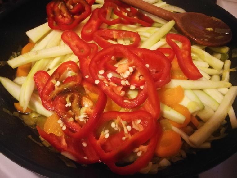 Povrće dodati u tiganj sa lukom