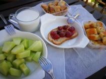 Pitice, voće i džem od jagoda