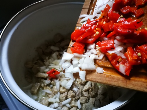 U prženo meso dodajte luk i papriku