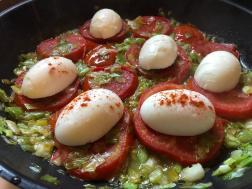 Jaja rasporedite po paradajzu