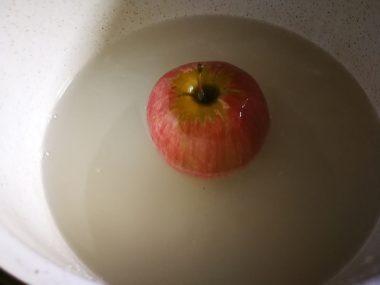 Preko jabuke pirinač i vodu