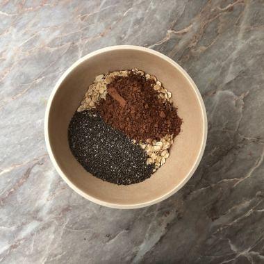 Dodate 2 kašike čija semena i kašika kakaa