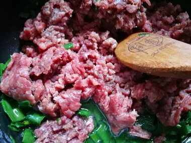 Dodajte mleveno meso