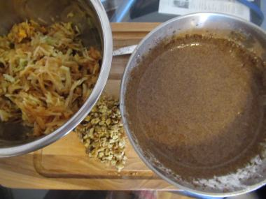 Smesa od jaja, seckani orasi i rendane jabuke