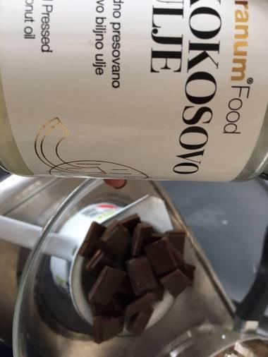 Otopite čokoladu i dodajte kokosovo ulje