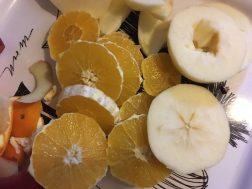 narandže i jabuke iseći