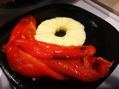 Pečena paprika i ananas